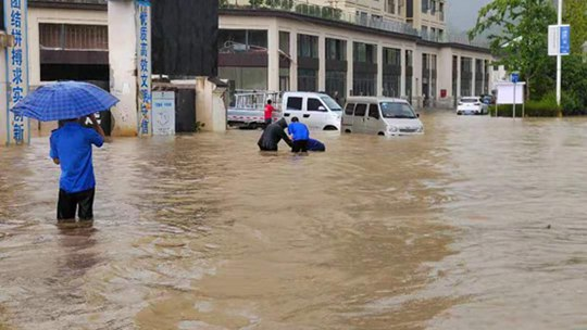 贵州铜仁万山区遭遇强降雨 积水深至大腿