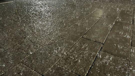 """电闪雷鸣!北京遭短时强降雨侵袭 夜空如开启""""闪光灯"""""""