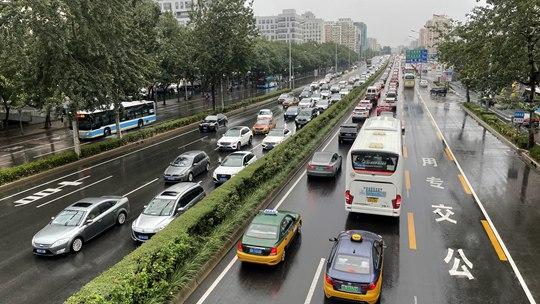 北京大部出现降雨道路湿滑 早高峰出行受影响