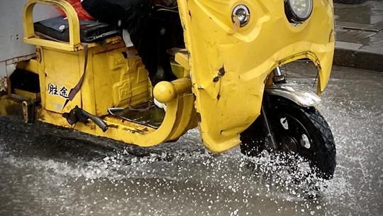 北京降雨进行中 路面现积水水花飞溅