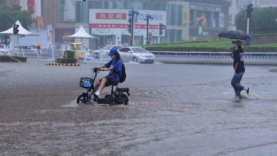 河南汝州遭遇强降雨 低洼路段积水严重