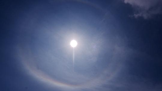哈尔滨天空现日晕景观 你看到了吗?