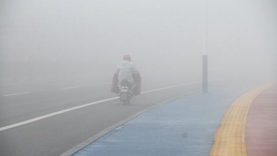 山东威海大雾笼罩一片白茫茫 出行受影响