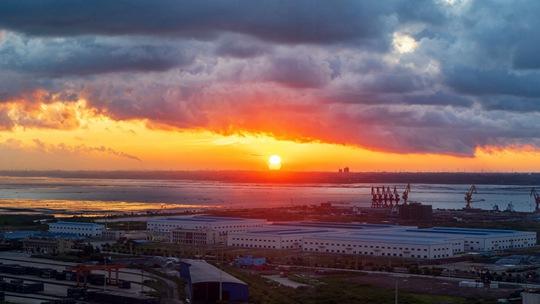 廣西防城港陽光沖破云層 云朵染金