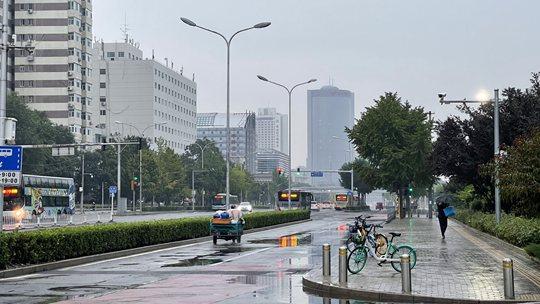 今晨细雨洒落北京显秋意 道路湿滑早高峰出行需注意安全