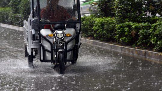 河南汝州雨嘩嘩 路面濕滑影響出行