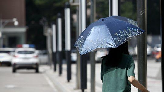 9月京城午后暑熱未退 市民撐傘出行