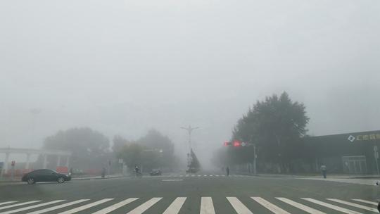 山东内蒙古部分地区出现大雾 能见度降低影响出行