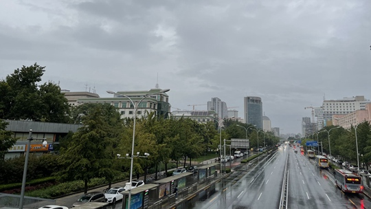 北京今晨雨纷纷 体感微凉添秋意