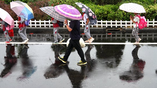 山东威海降雨添凉意 路面湿滑影响出行