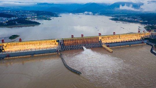 """为应对""""长江2021年第1号洪水"""" 三峡水库开孔泄洪"""