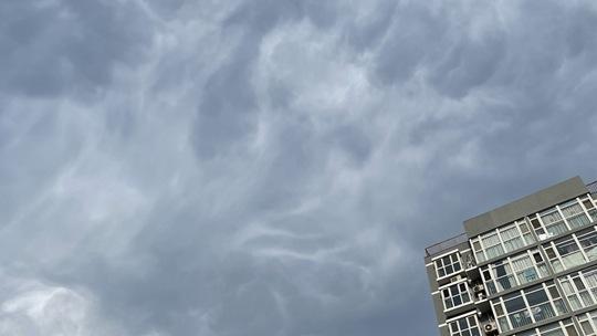 魔幻天空 北京乌云再起形态多变