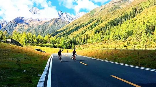 速度与激情!第二届四姑娘山熊猫大道自行车公开赛举行