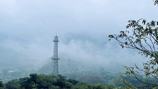 北京雨后山峦迭翠云雾缭绕如丹青