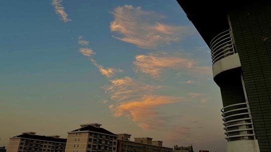 看浪花朵朵!北京夕阳点亮天空 钩卷云和毛卷云被染成金色