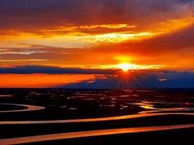绚丽!新疆巴音布鲁克天鹅湖夕阳映晚霞