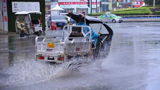 河南汝州暴雨再起 街上行車水花四濺