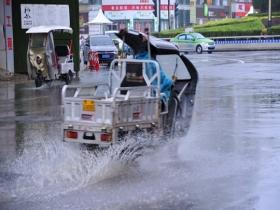 河南汝州暴雨再起 街上行车水花四溅