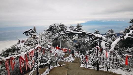 陕西华山出现明显降雪 宛如水墨画