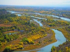 新疆伊犁河畔风景如画 令人陶醉