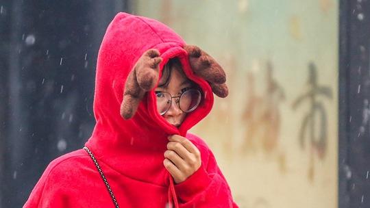 福建泉州迎今冬首场降雨 看路人众生相