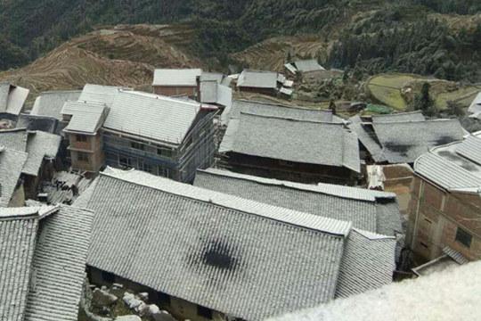 融水山村结冰呈现美景