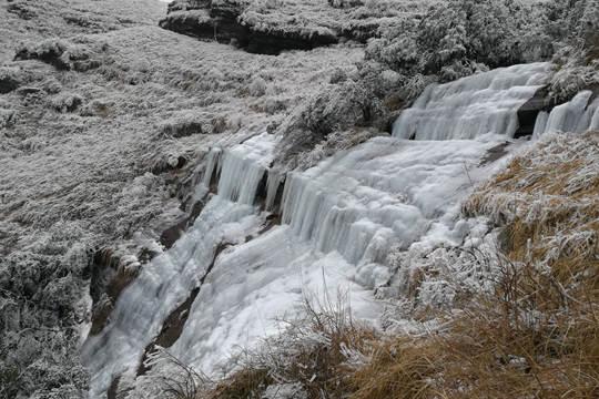 桂林:瀑布结冰挂崖上