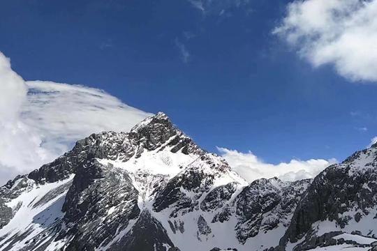 玉龙雪山四月雪景独秀
