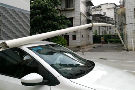 桂林大风刮倒小区排水管