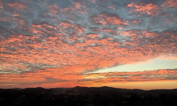 玉林天空云霞染红天际