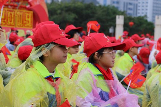 贵港雨中举行慈善巡游