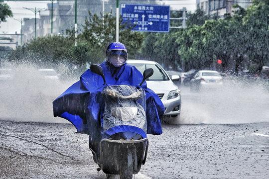 强降雨致钦州人涉水出行