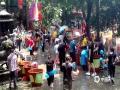 中国天气网广西站讯  今天,是桂平西山风景名胜区一年一度的佛教旅游文化节——浴佛节。景区内艳阳高照,天气闷热,泼水祈福活动吸引了众多游客参加,在现场游客们纷纷拿起水勺向众人泼水,一时间拉开了一场泼水大战。(图文/游文芬)