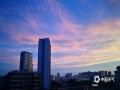 中国天气网广西站讯 今天(14日)夕阳西下,南宁上空迎来了久违的绚丽晚霞,格外迷人。(图/韦坚 陈设广 文/周玉)