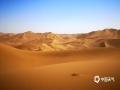 中国天气网讯 新疆鄯善县库木塔格沙漠被称为世界上离城市最近的沙漠,茫茫沙漠,只见沙黄天蓝,蔚为壮观。图为金色大漠。(图/梁泽浩 文/苏庆红)