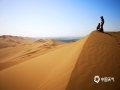 中国天气网讯 新疆鄯善县库木塔格沙漠被称为世界上离城市最近的沙漠,茫茫沙漠,只见沙黄天蓝,蔚为壮观。图为在无垠的沙漠里,感受沙漠的浩瀚。(图/梁泽浩 文/苏庆红)