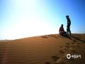 中国天气网讯 新疆鄯善县库木塔格沙漠被称为世界上离城市最近的沙漠,茫茫沙漠,只见沙黄天蓝,蔚为壮观。图为车手在沙脊上领略大漠风光(图/梁泽浩 文/苏庆红)