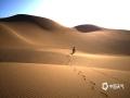 中国天气网讯 新疆鄯善县库木塔格沙漠被称为世界上离城市最近的沙漠,茫茫沙漠,只见沙黄天蓝,蔚为壮观。图为车手将机车留在沙漠里,仿若在寻找沙漠的秘。(图/梁泽浩 文/苏庆红)