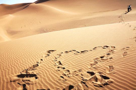 新疆库木塔格沙漠 感受浩瀚大漠风情