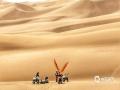 中国天气网讯 新疆鄯善县库木塔格沙漠被称为世界上离城市最近的沙漠,茫茫沙漠,只见沙黄天蓝,蔚为壮观。图为车手在沙漠中重新整装待发。(图/梁泽浩 文/苏庆红)