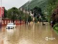 中国天气网讯 从9日凌晨开始至15时,桂林市全州县出现强降雨,西部和北部普降暴雨到大暴雨,过程降雨量50毫米以上的站点有17站,其中100毫米以上的有7站,最大雨量为永岁镇202.9毫米。突来的强降雨导致湘江水位暴涨,县城多处路段被淹。图为:全州道路出现内涝群众撑船回家。(图文/华琦孜)