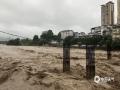 中国天气网讯 从9日凌晨开始至15时,桂林市全州县出现强降雨,西部和北部普降暴雨到大暴雨,过程降雨量50毫米以上的站点有17站,其中100毫米以上的有7站,最大雨量为永岁镇202.9毫米。突来的强降雨导致湘江水位暴涨,县城多处路段被淹。图为:湘江河水上涨。(图文/华琦孜)