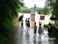 中国天气网讯 连日强降雨导致柳州市融安北部乡镇河水上涨,大将镇、雅瑶乡部分村屯桥梁被淹,村民无法通行。河边低洼处,受河水上涨的影响,大量金桔被河水浸泡,甚至被淹没,果农损失严重。(图文/钟林祥)