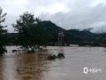 中国天气网讯 8日21时到9日09时,柳州市三江县出现暴雨到大暴雨,局部特大暴雨天气,其中最大雨量出现在和平村,达到252.6毫米。强降雨导致部分路段出现山体滑坡,斗江东坪村采石场房屋倒塌,斗江河水上涨明显,部分公路已经被淹没,河水也已经渐渐开始覆盖低洼地段的房屋。(图文/李宜爽)