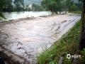 中国天气网广西站讯 6月8-9日,暴雨袭击山城资源。频繁强降雨引发江河沟渠水位猛涨,致使资源县红提、猕猴桃、水稻等农业作物频频遭遇洪涝灾害,渍涝严重。在资源县中峰镇,红提、猕猴桃等作物被毁于一旦,彻底绝收。低洼地带大部分作物被雨水浸泡落果减产。雨后高温湿润,各种病虫细菌借水迁徙传播,病虫害增加。汛期降雨增多,民众需及时关注天气预报及预警信息,提前做好防洪排涝准备,灾后及时排涝排渍科学预防病虫害,减少农业损失。(图文/谭琼)