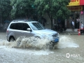 中国天气网广西站讯 6月9-11日,河池市多地遭受强降雨袭击,灾情多发。图为11日上午,南丹县城关镇出现内涝,汽车在积水中行车。(图/杨哲 文/叶小丽 杨哲)