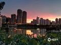 中国天气网广西站讯 6月11日傍晚时分,来宾市雨水停歇,天空出现绚丽的晚霞,蔚为壮观。(图/梁丹妮 文/苏庆红)
