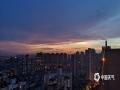 中国天气网广西站讯 6月11日傍晚时分,来宾市雨水停歇,天空出现绚丽的晚霞,蔚为壮观。(图/ 文/苏庆红)