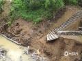 中国天气网讯 6月6日以来,河池市南丹县多地出现暴雨,局地大暴雨天气。强降雨导致南丹县境内刁江上游河水暴涨,多处山体滑坡、塌方,多条道路中断,地质灾害隐患极大。6月13日白天起,河池市境内强降雨趋于结束。据河池市气象台预报,未来三天南丹县以多云天气为主,有利于灾后的恢复和重建。图为河岸被冲毁。(文/许翊楠 图/黄冬梅)