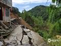 中国天气网讯 6月6日以来,河池市南丹县多地出现暴雨,局地大暴雨天气。强降雨导致南丹县境内刁江上游河水暴涨,多处山体滑坡、塌方,多条道路中断,地质灾害隐患极大。6月13日白天起,河池市境内强降雨趋于结束。据河池市气象台预报,未来三天南丹县以多云天气为主,有利于灾后的恢复和重建。图为居民房地基被毁。(文/许翊楠 图/黄冬梅)